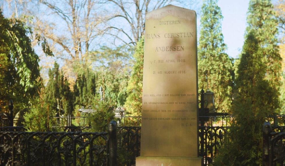 <strong>SKJENDET:</strong>  Den danske dikteren H.C. Andersens grav er blitt skjendet med sølvfarget tusj, dagen etter at 50 gravsteiner på en muslimsk gravplass utenfor København ble veltet. PS: Dette bildet er tatt før den aktuelle skjendingen. Foto: NTB Scanpix