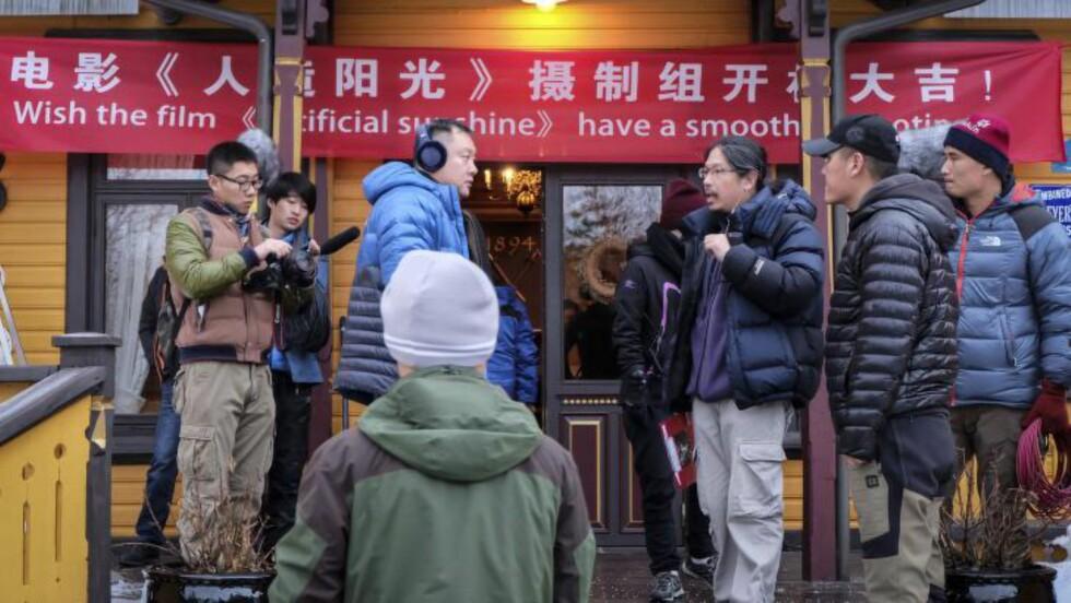 I gang:Produsent Teng Huatao(I midten) er et av flere store navn som skal sanke seere i Kina. Her utenfor Dalen hotell. Foto: Joachim Lyng.