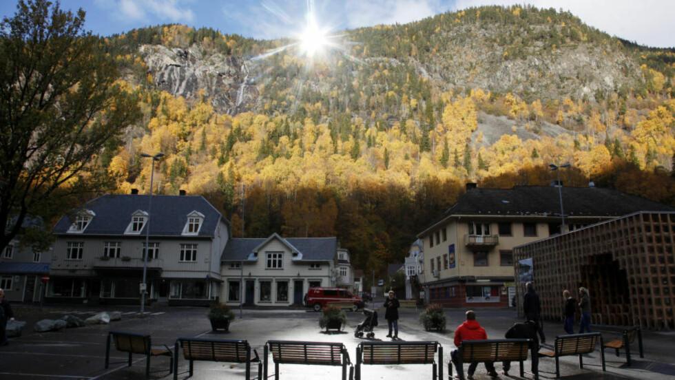 POPULÆRT: Kinesisk TV var der når solspeilet ble avduket på Rjukan. Nå er det film det er snakk om under det kunstige lyset på Rjukan torg. Foto: Erik Johansen / NTB scanpix