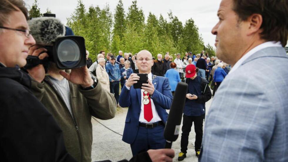 KONFERANSIER: Ordfører Morten Aspeli tar bilde av konferansier Arne Hjeltnes, som har skrevet romanen Stupetårnet. Veldig inspirert av såpeoperaen på Hamar.  Foto: Benjamin A. Ward / Dagbladet