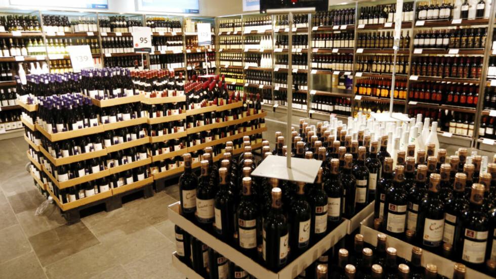 Varierer: Utvalget på ulike tax free-butikker varierer, og det finnes en del produkter her som du ikke får kjøpt på Vinmonopolet. Her fra tafree-butikken på Gardermoen.Foto: NTB Scanpix