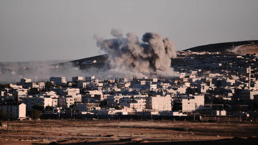 -KAN LAGE SKITNE BOMBER: Terroristgruppa IS hevder de nå har anskaffet materiale til å produsere såkalte skitne bomber. Bildet viser et luftangrep mot den syriske byen Kobane i fjor. Foto: Scanpix