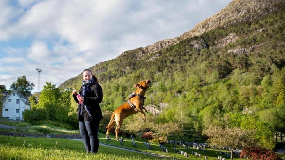 DÅRLIG RÅD: Ann-Laila Lintunen (43) har ikke råd til de store utskeielsene. Hun er ikke fornøyd med lønnsutviklingen for egen yrkesgruppe. Her er hun på tur med hunden Casper, en Staffordshire Bull Terrier som er gal etter såpebobler. Foto: Eivind Senneset