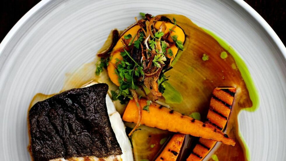 SUPERSKREI: Nå er tida for å nyte denne flotte kvalitetsfisken. Her er nydelig stekt skrei med grillet gresskar a la Arne Brimi. Foto: METTE MØLLER