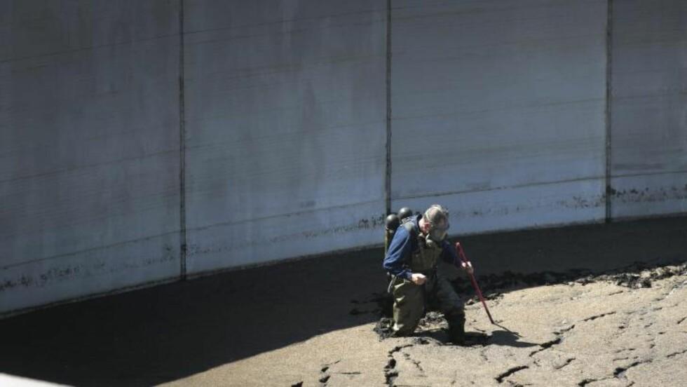 <strong>SØK:</strong> Politiets redningsgruppe søkte i en gjødselbeholder i Kinnekulle. Foto: Björn Larsson Rosvall / TT