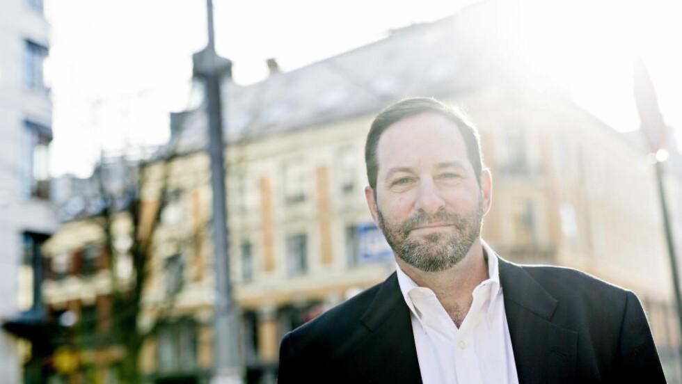 I OSLO: William Landay flyttet seg for 15 år siden fra skranken til skrivebordet. To romaner er oversatt til norsk. Gjennombruddsromanen «Til Jacobs forsvar» (2012) og debuten «Den ubehagelige sannheten» (2003). Foto: Anita Arntzen / Dagbladet
