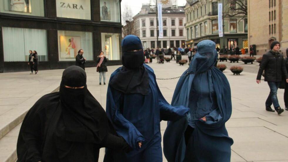 DEMONSTRERE: FpU-medlemmene (f.v.) Angelica Kjos, Eva Berner og Sara Berge Økland har iført seg burka for å protestere mot kvinneundertrykkelse. Foto: Privat