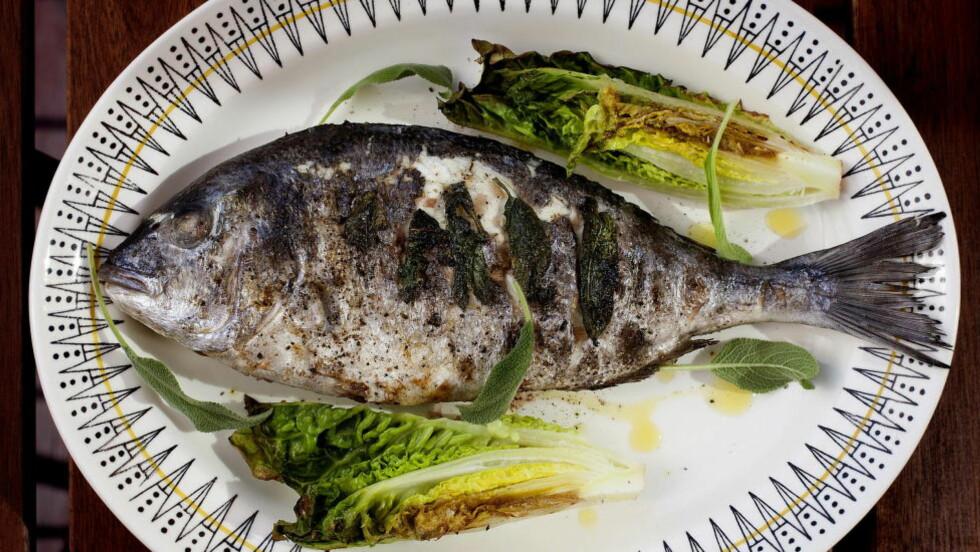 FIN FISK: Karla Siverts er glad i å grille fisk, og satser på en helgrillet dorade med hjertesalat og fine stykker med grillet villkveite til sommerfesten. Foto: METTE MØLLER