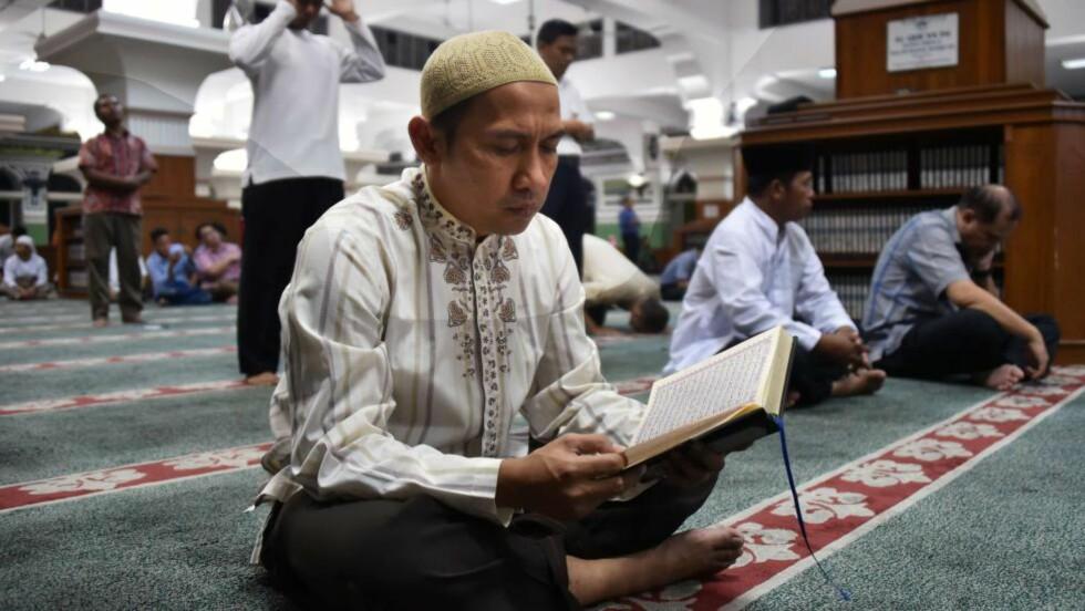 RAMADAN-START: Over 1,5 milliarder muslimer skal faste i morgen for å markere starten på fastemåneden ramadan. Fra daggry til solnedgang avstår muslimer verden over fra å innta mat og drikke. Foto: AFP / Bay ISMOYO