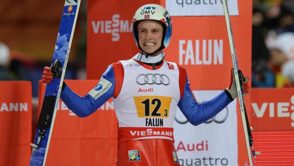 KNETRØBBEL: Anders Fannemel (23) fikk en strekk i en sene under kneskåla da han landet etter sitt første hopp i verdenscuprennet i Lahti søndag, og måtte stå over i Kuopio tirsdag. Nå ser han mot de siste rennene denne sesongen, blant annet i Trondheim og Holmenkollen. Foto: AFP PHOTO / CHRISTOF STACHE
