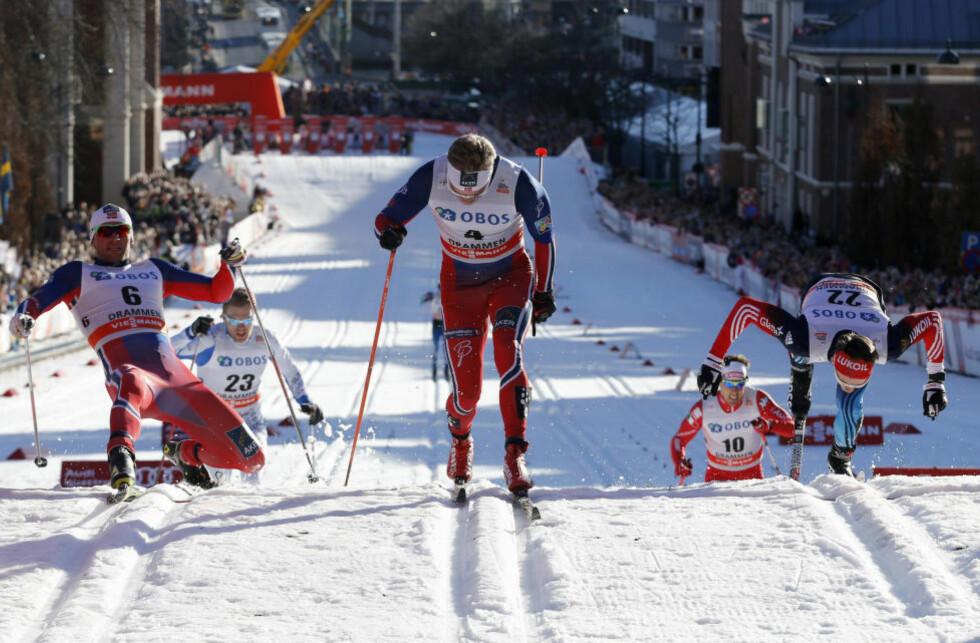 SVALESTUP: Nikita Kriukov (t.h.) fra Russland stuper i mål til tredjeplass bak Eirik Brandsdal (midten) og Petter Northug jr. i det første kvartfinaleheatet under verdenscupen i Drammen. Foto: Terje Bendiksby / NTB scanpix