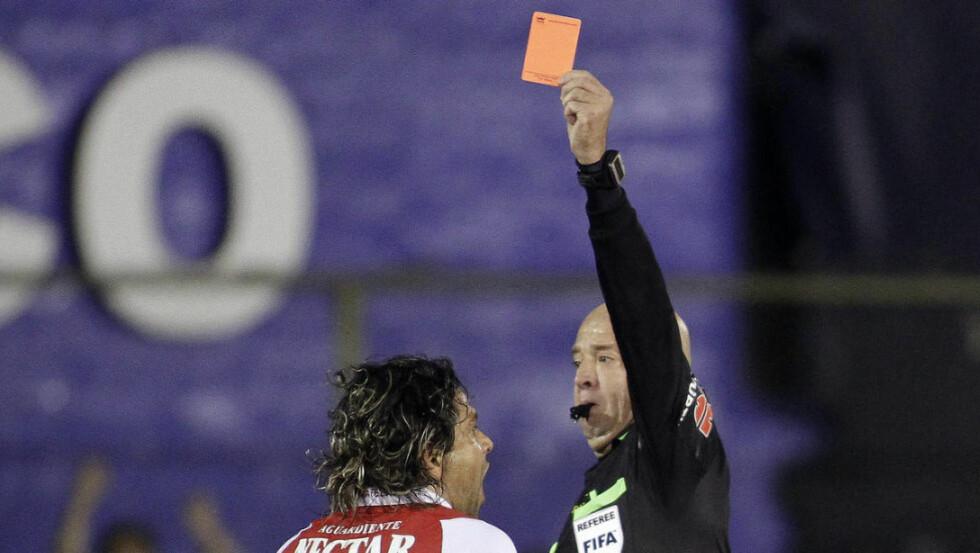 JAMEN, DOMMER?! Gerardo Bedoya vet utmerket godt hva dommeren mener, vil vi tro, etter å ha mottat 43 røde kort i sin karriere. Det er FIFA-rekord, og kanskje ikke av den fineste sorten. Her får han det røde kortet i forbindelse med en ligakamp for Independiente Santa Fe sommeren 2013. Foto: SCANPIX