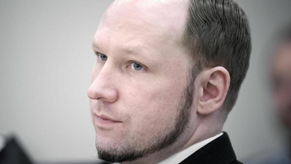 PRØVER HARDT: Anders Behring Breivik har et sterkt ønske om å studere statsvitenskap. I løpet av tida i fengselet har han benyttet seg av studietilbudet deres og opparbeidet seg generell studiekompetanse, samt forbedret karaktersnittet sitt. Breiviks sjanser for å komme inn på studiet er større enn noen gang. Foto: Bjørn Langsem / Dagbladet.