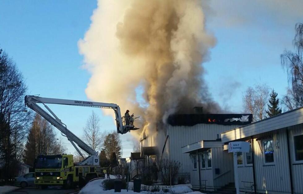 BOLIGBRANN: En person omkom og syv personer ble reddet ut etter at det begynte å brenne i et leilighetsbygg i Raufoss i morgentimene i dag. Foto: Veronica Tveit