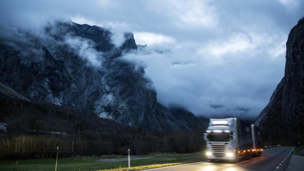 FJELLMASSIV: Langs veien kan man se fjellpartiet Mannen hvor geologene varsler at 120 000 kubikkmeter med stein står i fare for å rase nedover fjellsiden. Beboere i området ble i fjor høst evakuert. Foto: Tore Meek / NTB scanpix