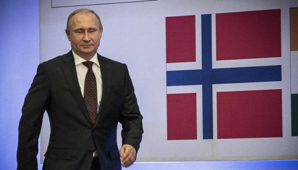 TEGNER SCENARIOER:  Vladimir Putins militære styrker har øvd på å innta deler av Norge. Her foran et norsk flagg i forbindelse med sjakk-VM i Sotsji, Russland. Foto: Lars Eivind Bones / Dagbladet