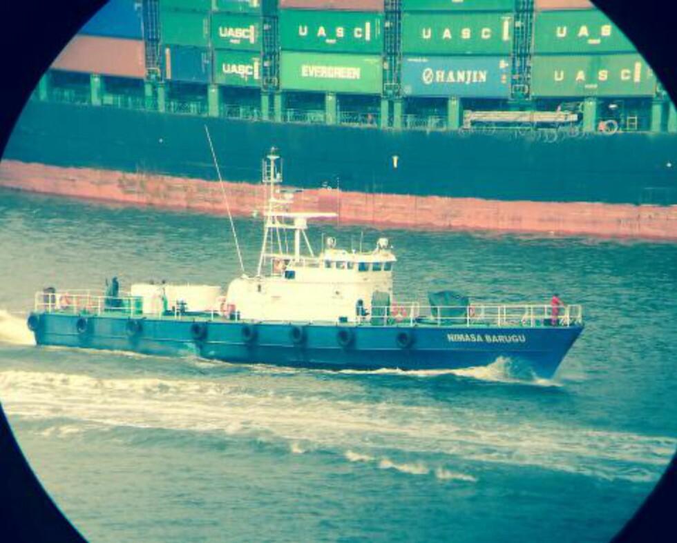 VÆPNET OG FARLIG: Dette bildet er tatt like før jul, og viser en av de tidligere norske missiltorpedobåtene i Lagos havn, som nå driver væpnet piratjakt og skatteinnkreving i den privatdrevne kystvaktflåten NIMASA. Foto: Privat