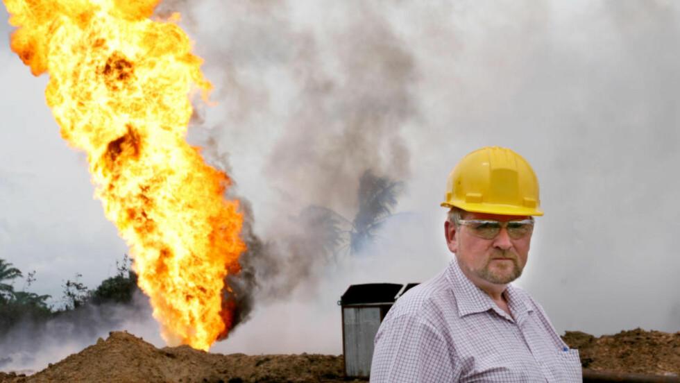 I FELT: Norske Olav Ljøsne var Shell-direktør med ansvar for all myndighetskontakt i Afrika. I fem år var han stasjonert i Nigeria, som er Shells desidert største opperasjon i Afrika. Shell står for rundt halvparten av landets oljeproduksjon. Her er han ved en blow-out på Joria-feltet i 2008. Foto: Privat