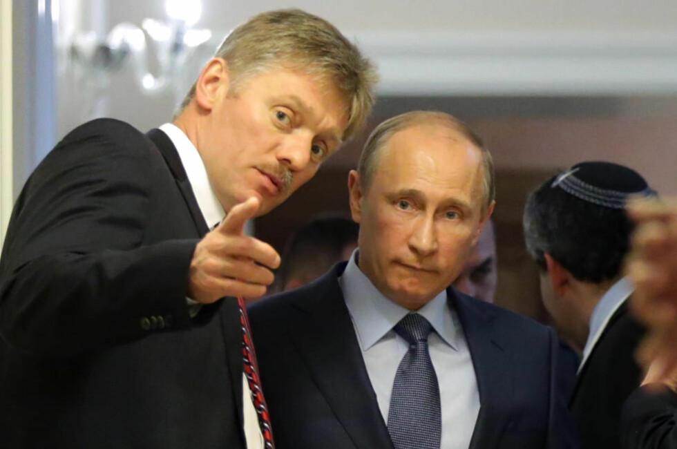 NÆR MEDARBEIDER:  Russilands president Vladimir Putin lytter til sin pressetalsmann Dmitrij Peskov før en pressekonferanse i mai i fjor. Foto: Maxim Shipenkov / AFP / NTB Scanpix