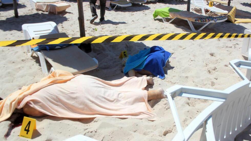 IS TAR PÅ SEG ANSVARET: Den islamske stat har tatt på seg ansvaret for terrorangrepet i Sousse i Tunisia. De har også påtatt seg ansvaret for angrepet mot en moské i Kuwait. IS ønsker å gjøre Ramadan til en katastrofemåned for de vantro. I går lå likene strødd på stranda i Sousse. Flesteparten av dem som ble drept var turister, og vitner sier at gjerningsmannen kun hadde interesse av å drepe turister. Foto: EPA/STR