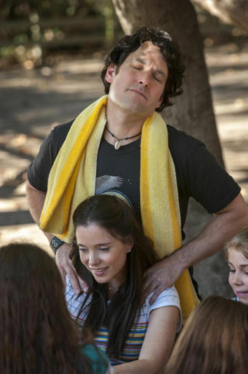 UFORDRAGELIG: Paul Rudd spiller en usedvanlig ufordragelig tenåring i «Wet Hot American Summer». Marguerite Moreau spiller kjæresten. Foto: Gemma La Mana / Netflix