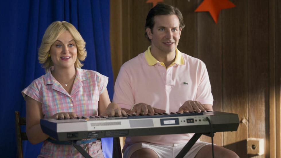STJERNER: I tv-serieutgaven av «Wet Hot American Summer» spiller Amy Poehler (43) og Bradley Cooper (40) nok en gang 17 år gamle veiledere på sommerleir. Med ansvar for å sette opp en musikal. Foto: Saeed Adyani / Netflix