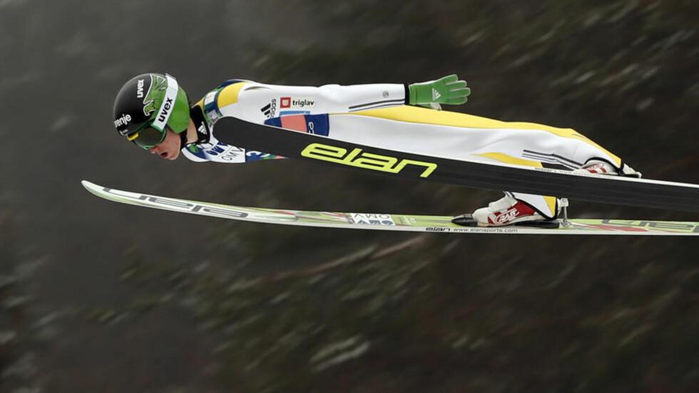 SVEVET:  Peter Prevc  fra Slovenia var en av de to skiflygerne som fredag kveld leverte et hopp til 3 ganger 20 i stil. Her fra søndagens konkurranse. Foto: AP/NTB Scanpix