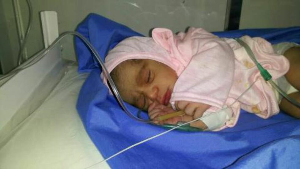 FØDT MED KEISERSNITT:  7. mars fødte Arfan denne lille jenta på et sykehus i hovedstaden Sanaa. Hun ville egentlig føde hjemme, for å spare penger, men heldigvis fikk hun penger fra Støttegruppa i Lillesand fordi jenta måtte tas ut med keisersnitt. Foto: Privat