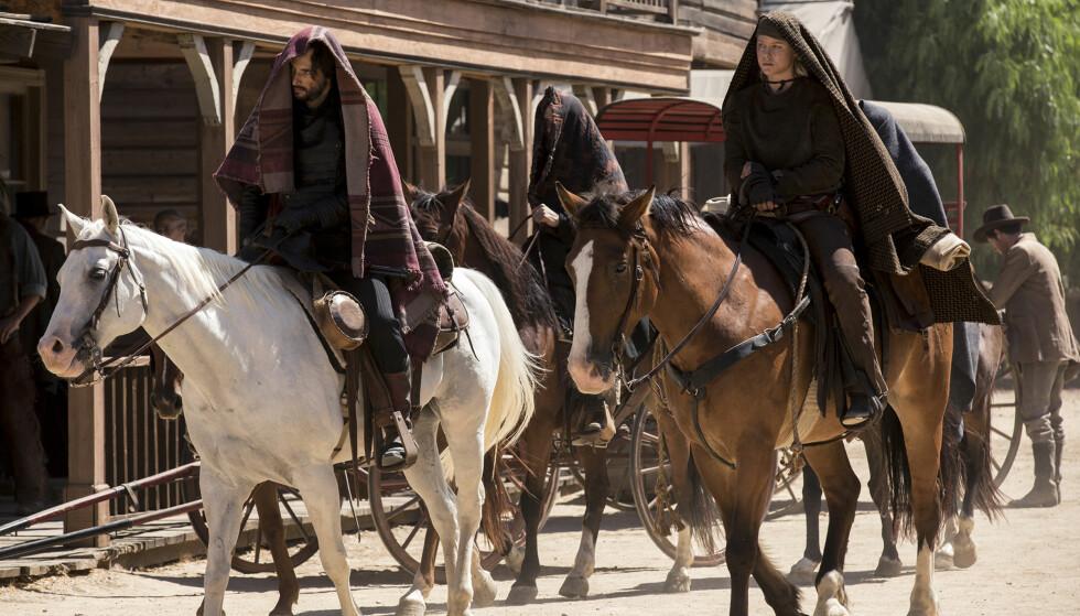 <strong>TIL HEST:</strong> HBO-serien «Westworld» har premiere i oktober. På rollelista står blant andre Rodrigo Santoro og norske Ingrid Bolsø Berdal, som begge ses til hest i dette bildet fra serien. Foto: HBO