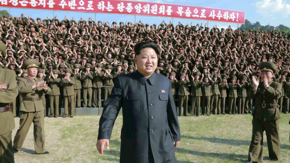 ANKLAGER: Sørkoreanske og finske medier melder at en avhopper og tidligere forsker fra Nord-Korea har rømt til Finland. Forskeren hevder å sitte på 15 gigabyte med blant annet beviser på at Nord-Korea har drevet testing av kjemiske våpen på mennesker. Her ved diktator Kim Jong-un. Foto: REUTERS/KCNA