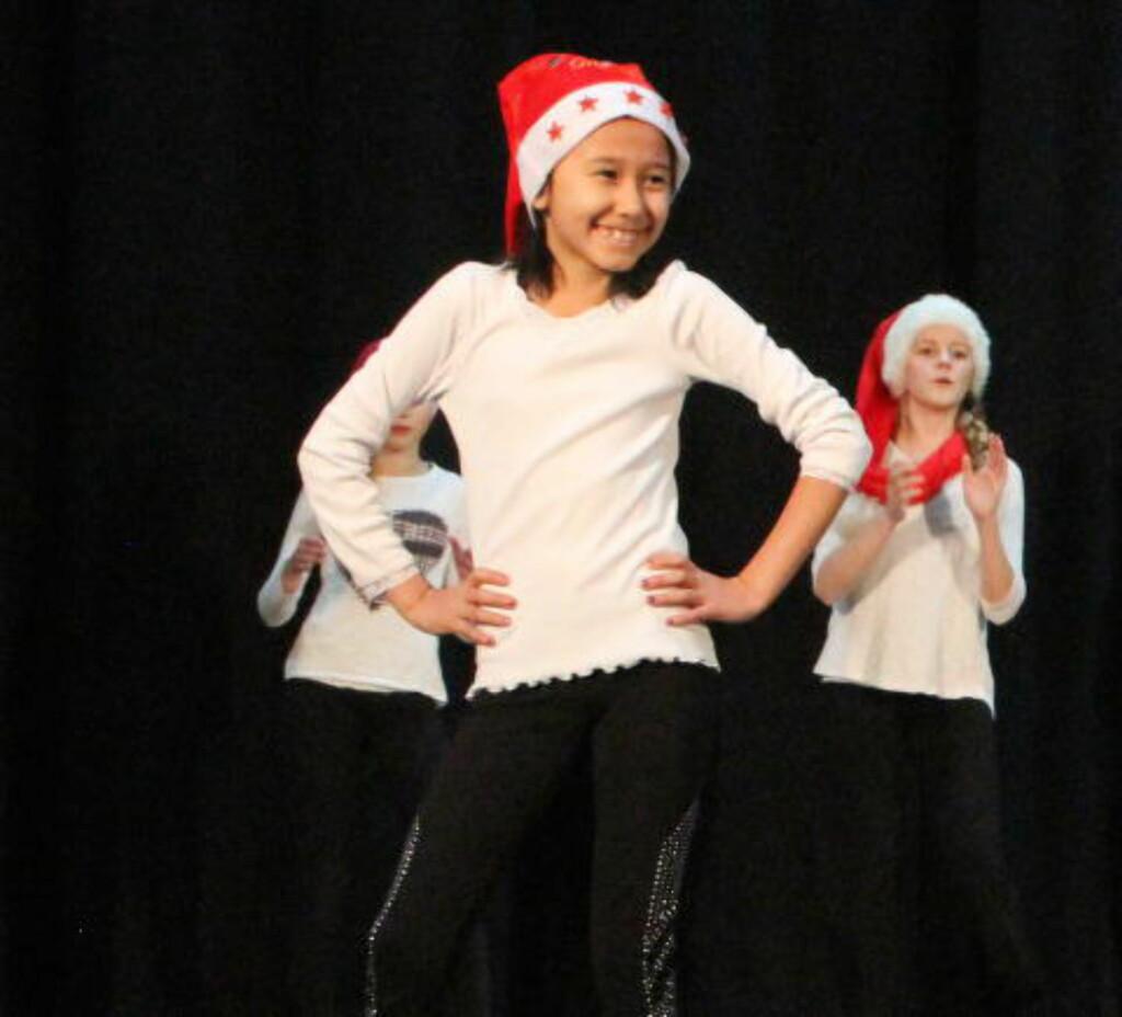 JULEAVSLUTNING:  Farida deltar på avslutning for kulturskolens danseelever i jula 2014. På bildet danser også Silja Jøranli (t.h). Foto: Stine Jøranli