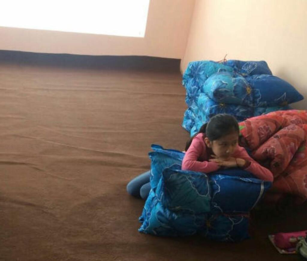 UKJENT LAND:  Farida (9) og foreldrene bor nå på hemmelig sted i Kabul. De er redde, både for sikkerhetssituasjonen og for at familiene deres skal få vite at de er i landet. - Farida gråter hele tiden. Hun har aldri vært i Afghanistan før, og føler seg norsk, sier Britt Karin Rotmo i Støttegruppa i Dokka. Foto: Privat