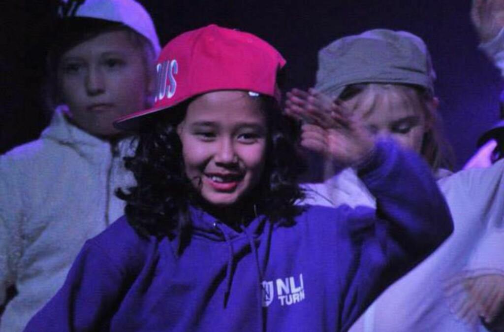 JUBILEUMSFORESTILLING:  Farida (her 8 år) karakteriseres som en aktiv og integrert jente av venner på Dokka. Her danser til High School-musikalen på Norde Land kulturskole sin jubileumsforestilling «Jubbis» i 2013. Med på bilde er Mina Jørgensen (t.v) og Leah Emilie Furre Vågå. Foto: Stine Jøranli