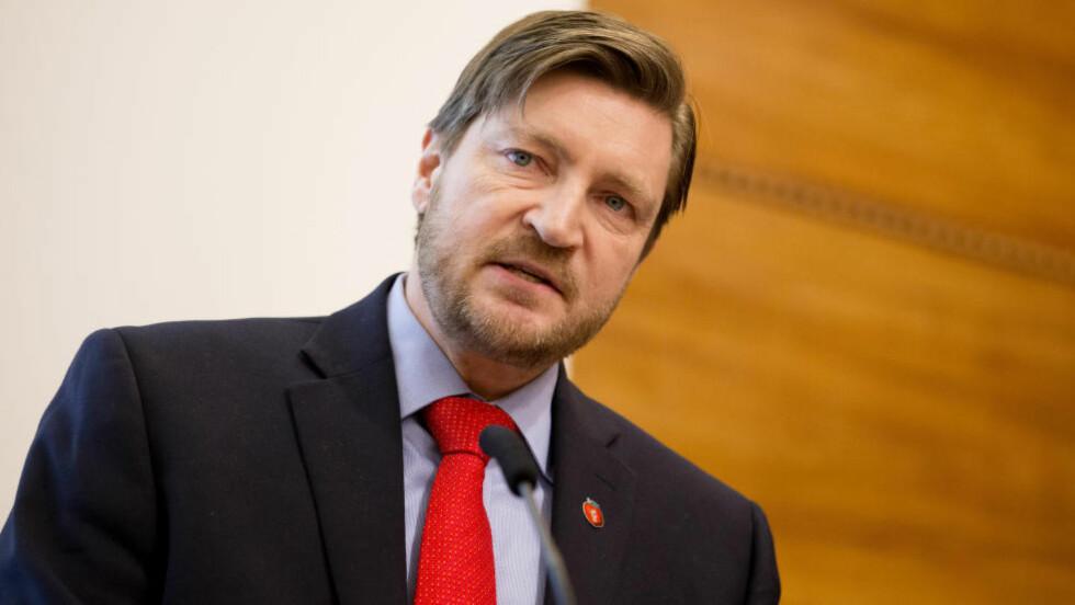 REAGERER: FrP-politiker Christian Tybring-Gjedde uttrykker misnøye med hvordan SDs Jimmie Åkesson ble intervjuet under Skavlan fredag kveld. Foto: Håkon Mosvold Larsen / NTB scanpix
