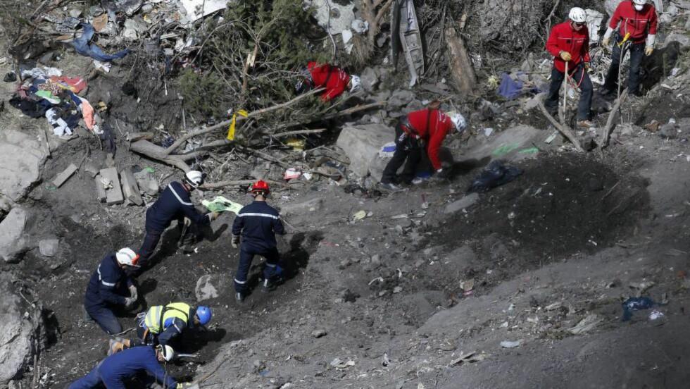 Letet etter lydboksen:  I forrige uke letet mange letearbeidere i restene av Airbus-flyet som gikk ned i de franske alpene tirsdag. Nå er lydiopptakene hentet ut. Foto: EPA/YOAN VALAT