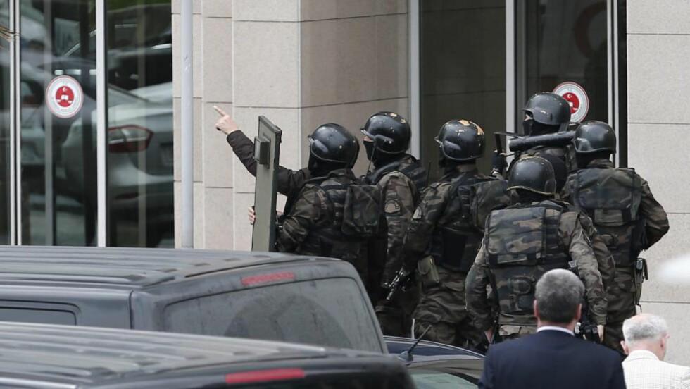 OMRINGET RETTSBYGNINGEN: Spesialstyrker tatt seg inn i rettsbygningen og brakt tjenestemenn ut derfra, mens væpnet politi har omringet bygningen. Det pågår nå forhandlinger med gisseltakerne, opplyser politiet. Foto: EPA/SEDAT SUNA/SCANPIX