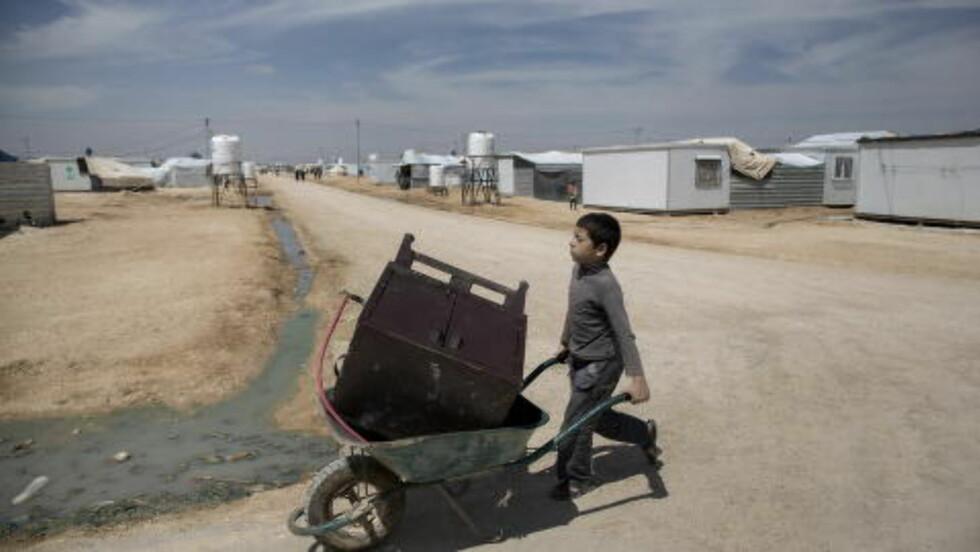 SIN VANTE GANG: Lediggang er roten til alt ondt, sier de i Zaatari. Derfor forsøkes alle flyktninge sysselsatt med større eller mindre oppgaver. Foto: Tomm W. Christiansen / Dagbladet