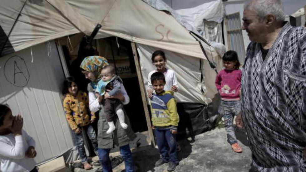 OPP OG NED: Bisan (7), Ghofran (6), Hayat (9), Shadi (5), Kindah (6) og Tasneem (11) med lille Ali (3 måneder) trives i Zaatari-leiren. Det gjør ikke bestefar. Foto: Tomm W. Christiansen / Dagbladet