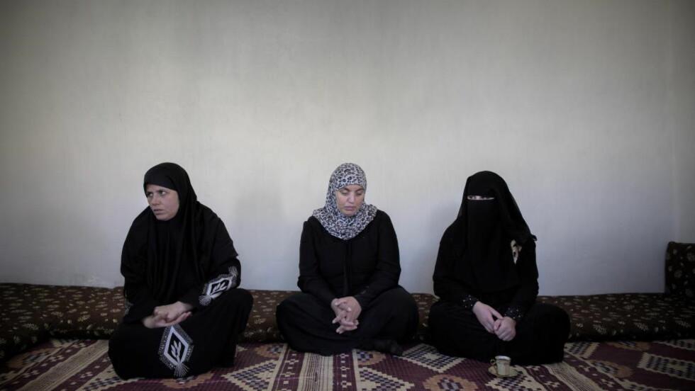 FORTVILER: Ommohammed, Omizddein og datteren Noura (17). De prøvde å leve på utsiden av flyktningesamfunnet i Jordan - men har mislykkes. Noura er blitt giftet bort til rike fremmede to ganger, og frykter hun aldri kan bli gift på ordentlig fordi hun er uren. Foto: Tomm W. Christiansen / Dagbladet