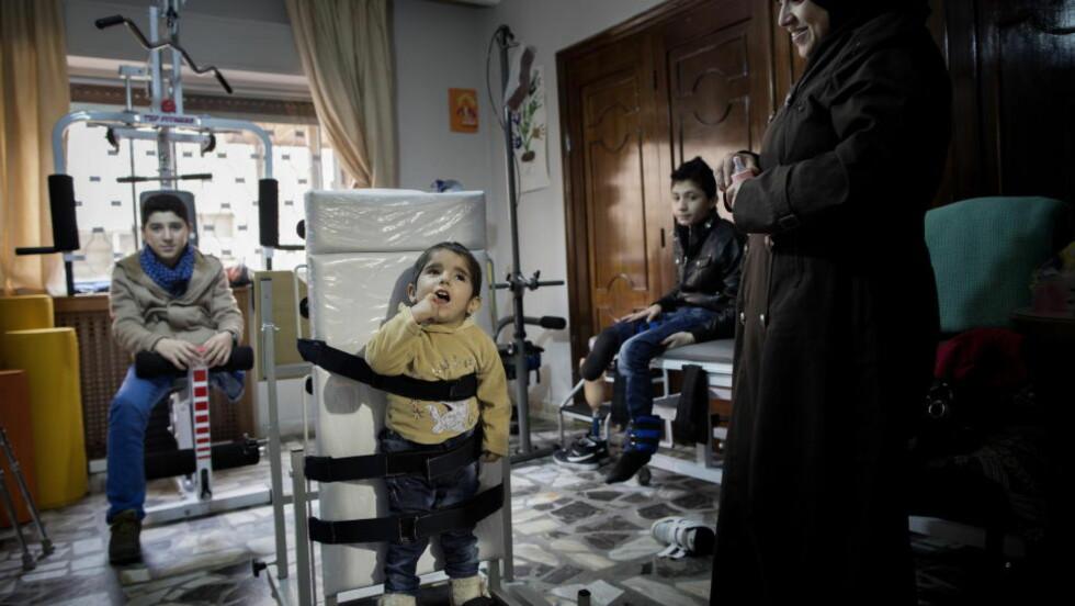 FÅR ET NYTT LIV: Abdallah (13) rømte fra Bashar Assads bomber i Daraa. Laren (3) falt to etasjer og Wissam (13) ble truffet i et rakettangrep. Larens mor til høyre. Barna er pasienter på  Al Bader medisinske senter, et rehabiliteringssenter i Amman. Foto: Tomm W. Christiansen / Dagbladet