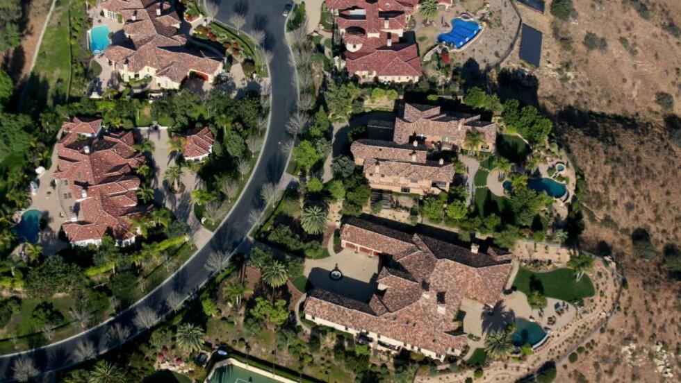 DISSE KAN FÅ BOT: Palmene i Palm Springs har fortsatt gode levekår, men det kan forandre seg. Hvis ikke den rike befolkningen i California føyer seg etter statens nye restriksjoner, kan de fort få en bøter på 10 000 dollar dagen. Foto: Sandy Huffaker/Getty Images/AFP