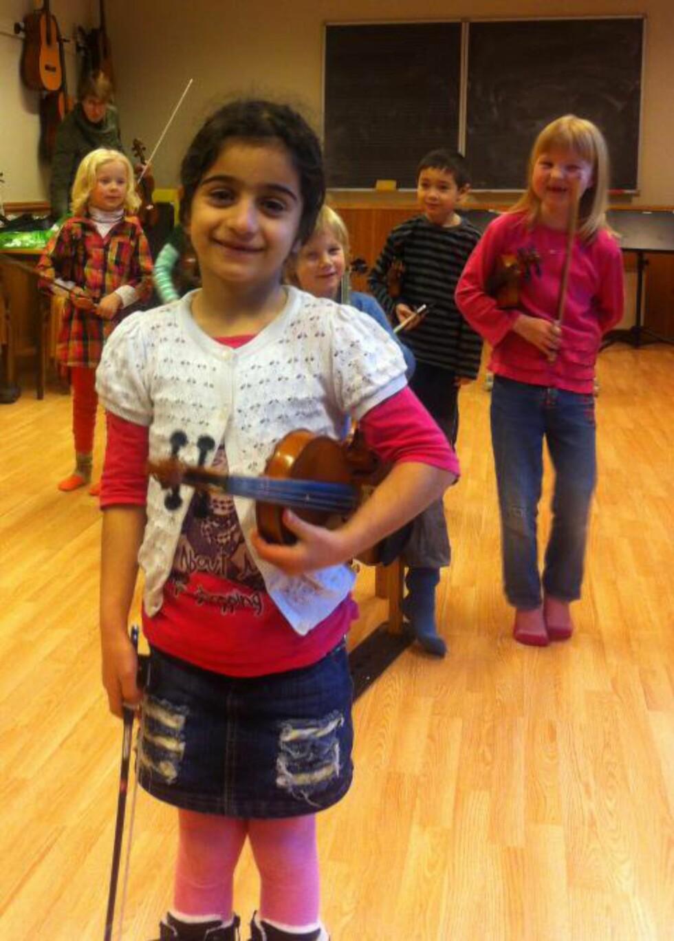 AKTIV JENTE:  Nawjin (8) spiller fiolin på kulturskolen i Haugesund og blir av UNE omtalt som et godt integrert barn. Likevel vil nemda sende henne til Iran, et land hun aldri har vært i. Foto: Privat