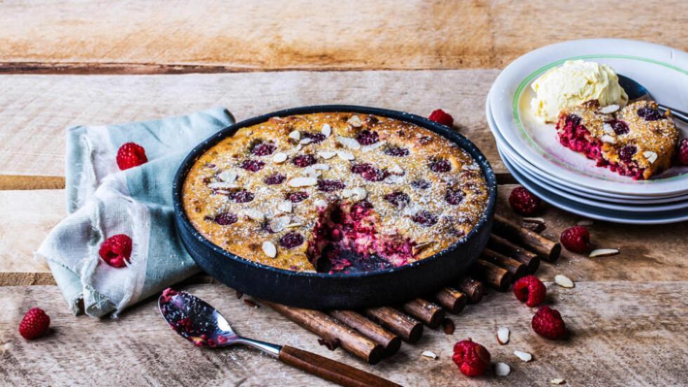 DEILIG SOMMERDESSERT : Bringebær-clafoutis laget på grillen. Desserten kan stekes ferdig mens dere spiser hovedretten. Foto: JØRGEN NORDBY/MENY.