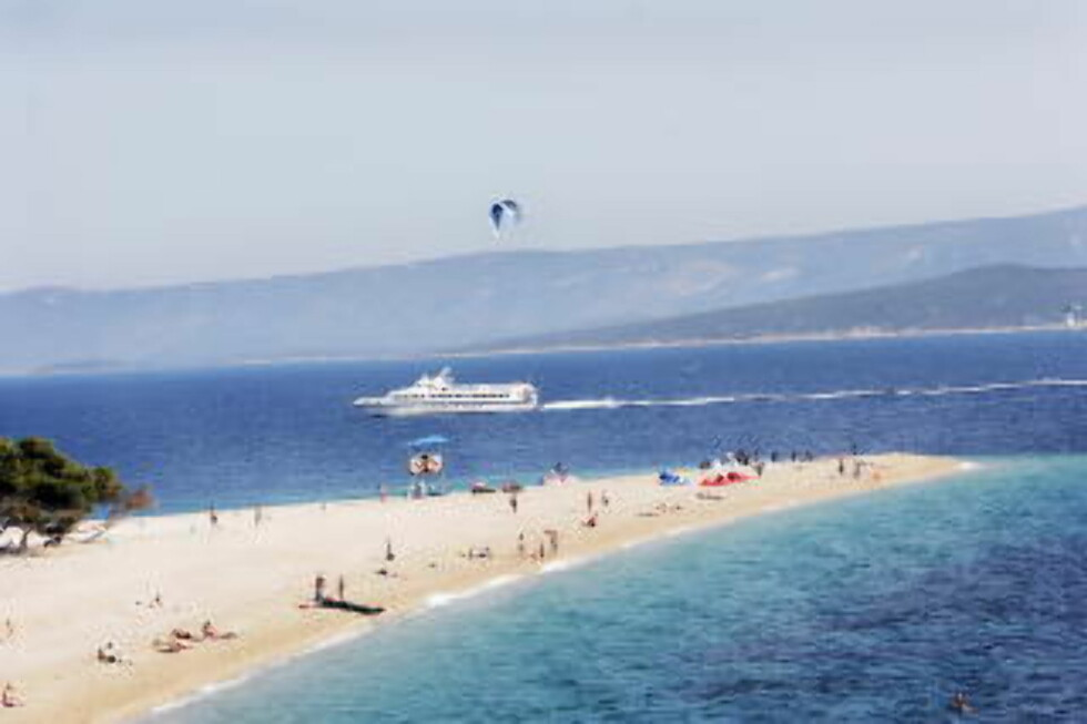 KROATIA:  Den som er raskt ute kan også finne en rimelig tur til Brac. Her ligger Kroatias mest kjente strand, Zlatni Rat, det Gyldne Horn. Foto: GEIR BØLSTAD.