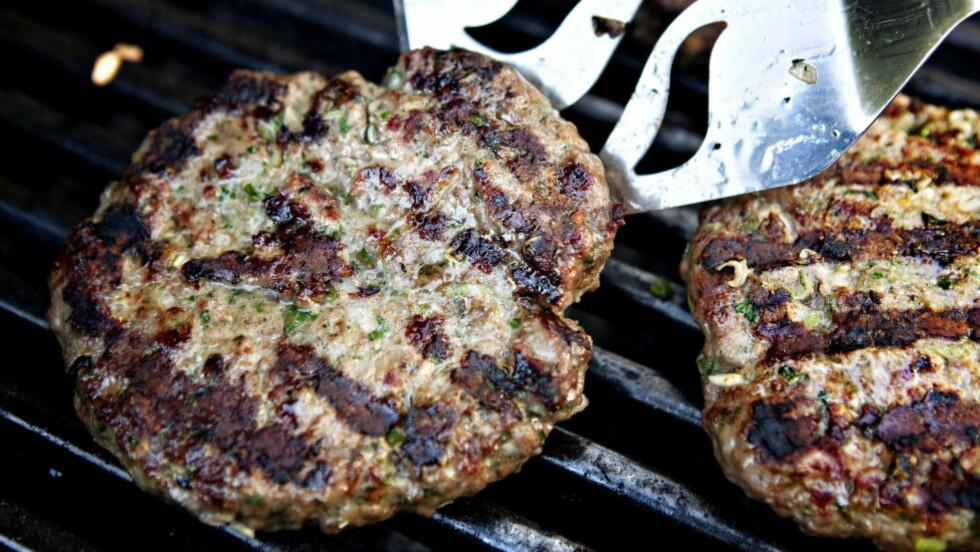 SMAK OG BEHAG: Noen liker hamburgeren med urter og krydder. Andre vil at den skal smake kjøtt og bare det. Burgeren er uansett glad i spennende tilbehør. Foto: NINA HANSEN