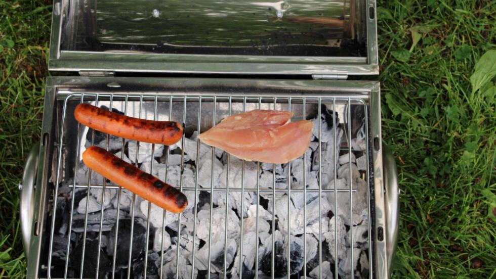 INNBYDENDE: Gjør grillen klar nå. Å legge mat på gammel skitt er ingen god ide.Foto: KRISTIN SØRDAL