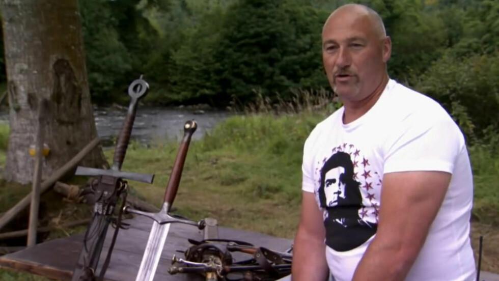 VÅPENMAKEREN: Tommy Dunne er håndverkeren som skaper alle våpnene i det middelalderske Games of Thrones-universtet. Sverdet til venstre er halvannen meter langt. Foto: HBO