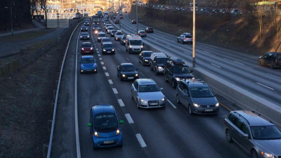 FULLT I RUSHEN: E18 vestfra inn mot Oslo fylles opp med elbiler.  Foto: KNUT ARNE MARCUSSEN