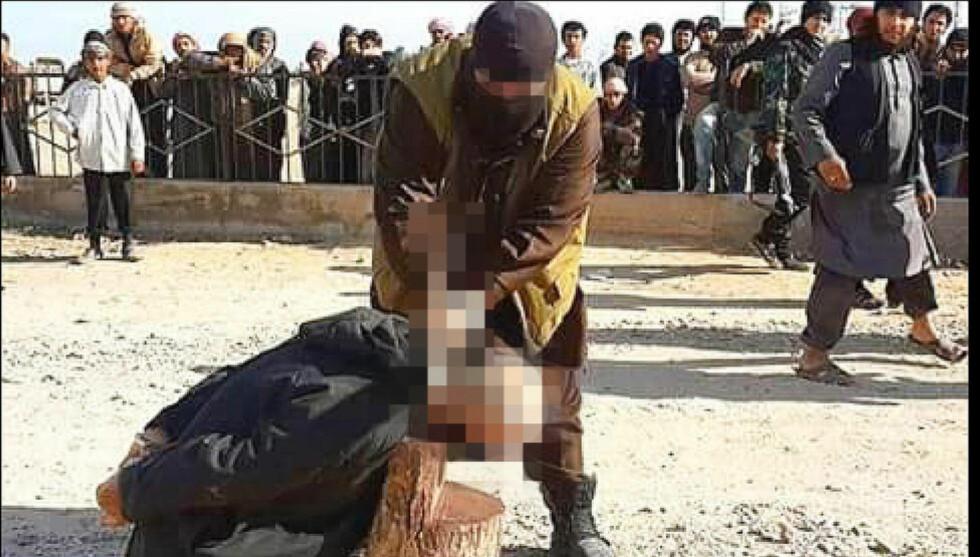 HENRETTER: Dagbladet får fra flere kilder i Syria opplyst at bildet, som tidligere i år ble tatt utenfor byen Raqqa nord i Syria, viser at en norsk statsborger utfører en henrettelse. Mannen som henrettes er en tidligere shariadommer som var i ferd med å hoppe av fra Den islamske stat. Foto: Privat