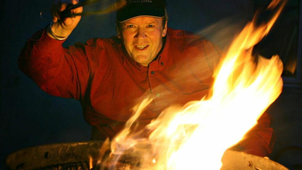 GRILLMESTER: Norsk-amerikaneren Craig Whitson løser flammeproblemet ved hjelp av en kald sone på grillen. - Alle råvarer fortjener å bli behandlet individuelt, sier han. - Du griller ikke en biff på samme måte som du griller en hel laks. Foto: ALF OVE HANSEN